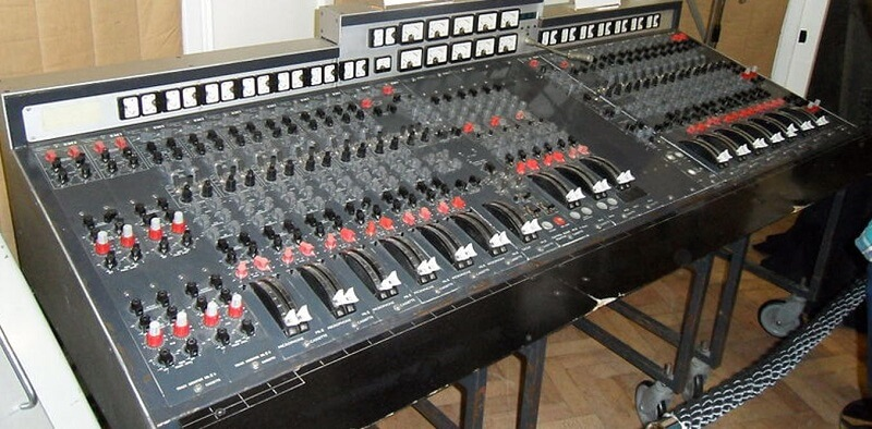 analog mixing console and what is signal flow